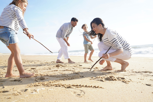 Drawing in the sand : game for kids and family at the beach